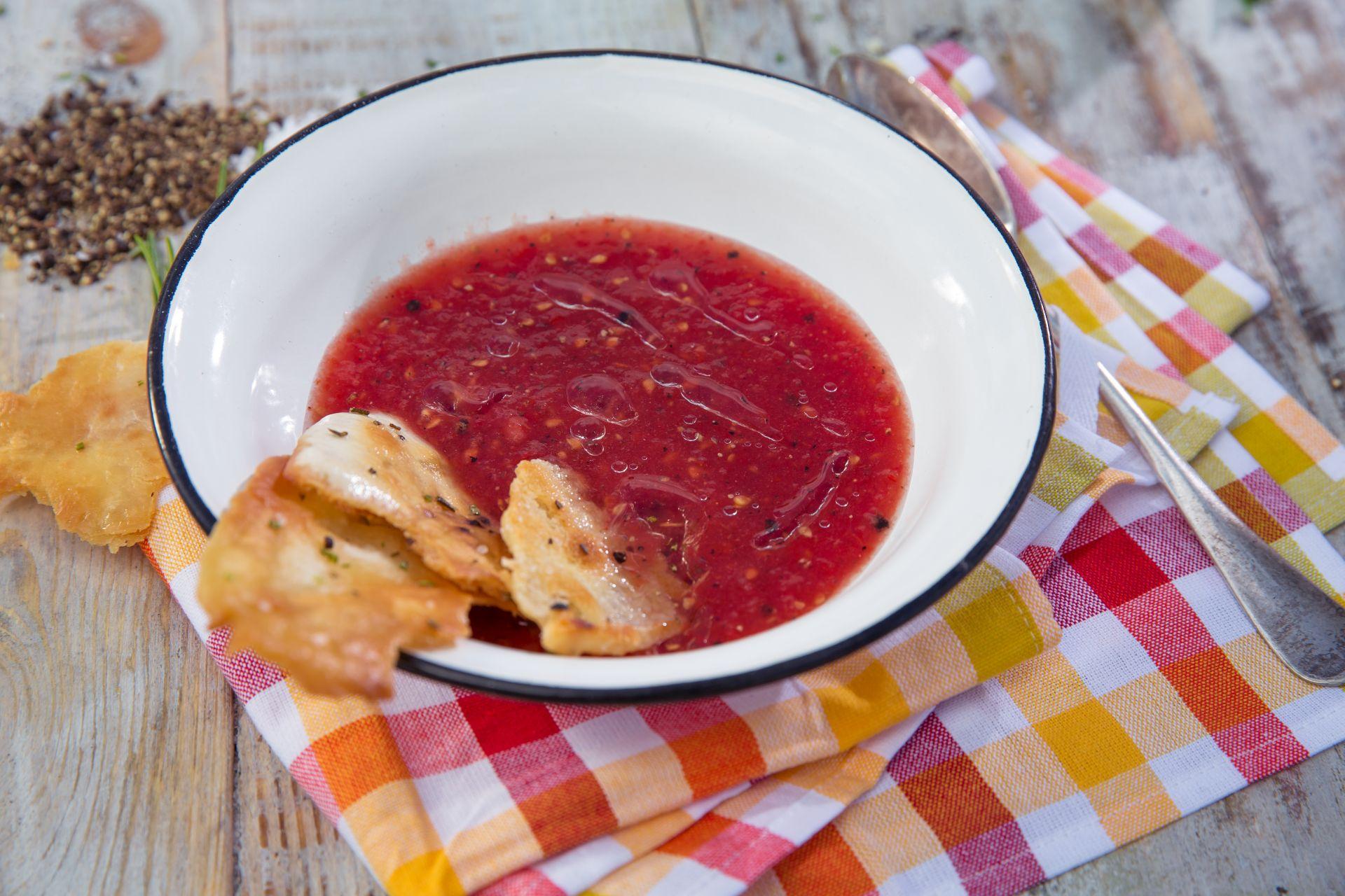 Zimna pomidorowa i chrupiące pieczywo