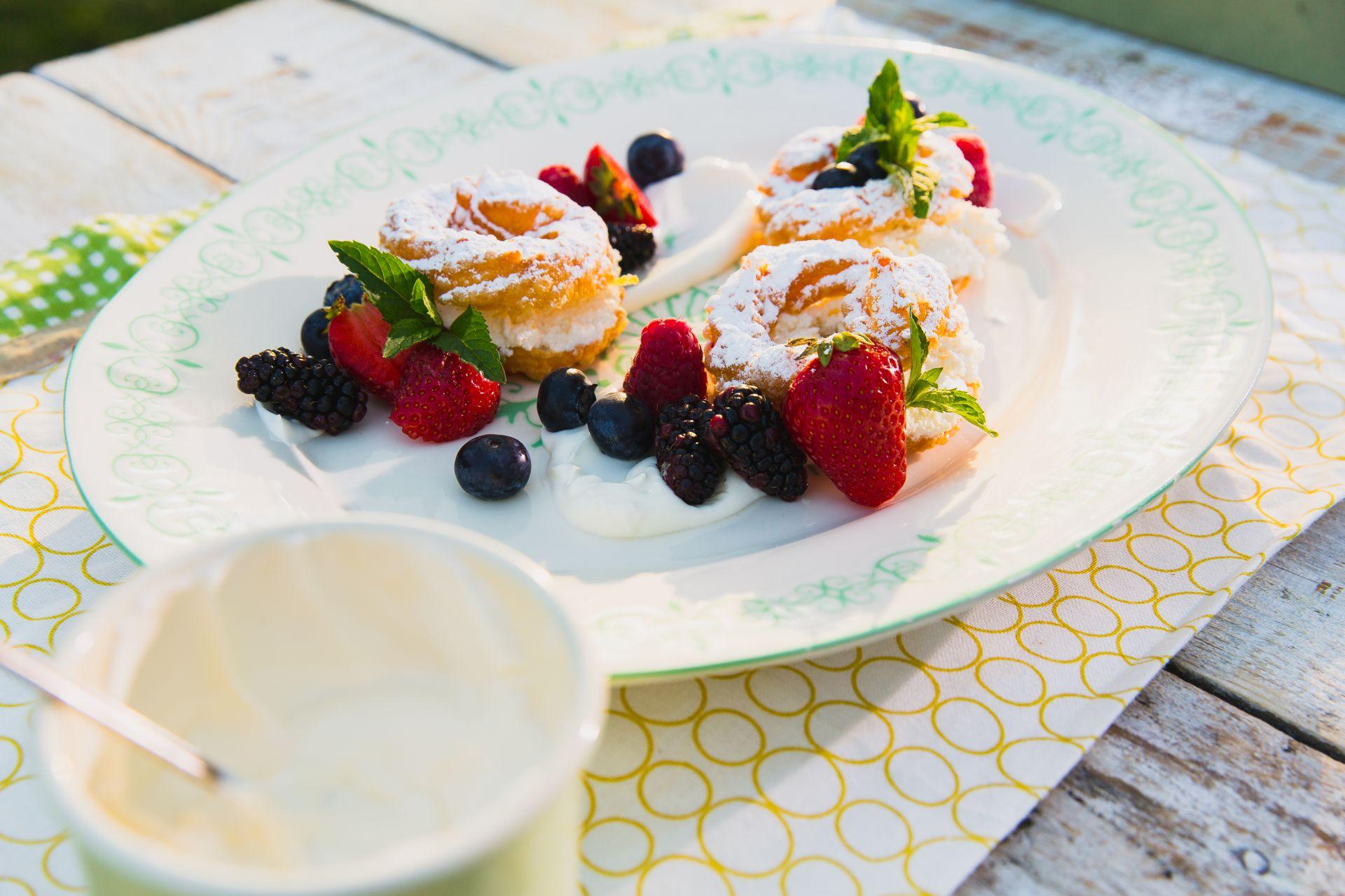 Ciasto parzone z leśnymi owocami i twarogiem