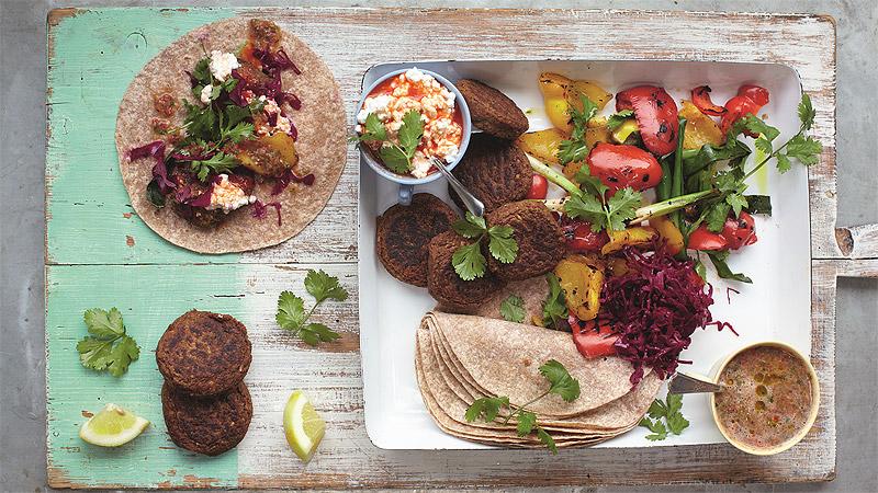 Wrapy z falafelem, grillowanymi warzywami i salsą
