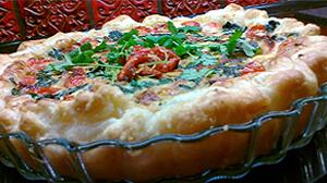 Tarta z łososiem, szpinakiem, grillowaną papryką, oscypkiem, kolendrą i pomidorami
