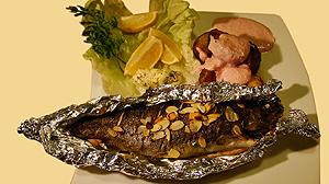 Pstrąg z grilla z pieczonymi ziemniaczkami i sosem chrzanowym