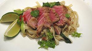 Aromatyczny tuńczyk na makaronie udon smażonym z kapustą bok choy