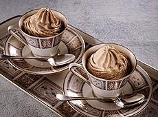 Zimny mus kawa z mlekiem w filiżance