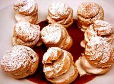 Ptysie cynamonowe z lodami cynamonowymi i ciepłym sosem czekoladowym
