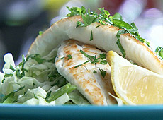 Smażona ryba z sałatką colesław