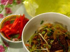 Warzywne sung choy bao (smażone warzywa w liściach sałaty lodowej)