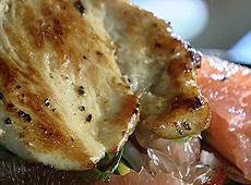 Sałatka z kurczakiem, grejpfrutem, pistacjami i miętą