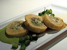 Ziemniaczana rolada nadziewana serem ricotta i szpinakiem z zielonymi szparagami