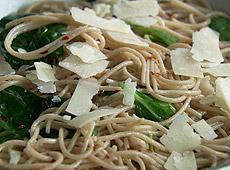 Spaghetti z czosnkiem, szpinakiem i chili
