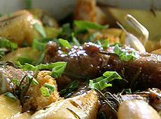 Zapiekanka z kiełbasek i ziemniaków z rozmarynem