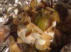 Grillowane figi z miodem, jogurtem i migdałami