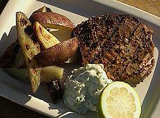 Tuńczyk z frytkami ze słodkich ziemniaków z grilla