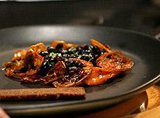 Sałatka z czarnej fasoli ze złotymi pomidorami