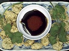 Orzechy włoskie smażone na głębokim tłuszczu z ziarnem sezamowym