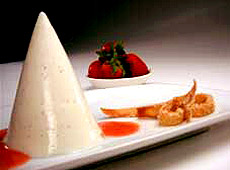 Panna cotta z maślanki, z naleśnikowymi faworkami i kremowym sosem truskawkowym