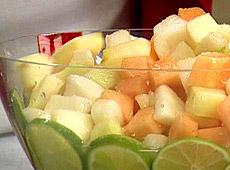 Sałatka z owoców w białym winie