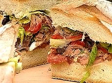 (odc.03) wielka kanapka z sałatką nicejską