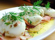 Jajka w woreczkach z aromatem borowików podane na błyskawicznych plackach ziemniaczanych