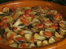 Pieczone ziemniaki z pomidorami i bazylią
