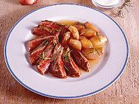 Plastry polędwicy wołowej z karmelizowanymi szalotkami