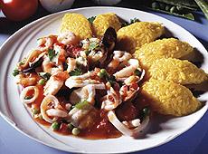 Szafranowy ryż z ragout z ryb