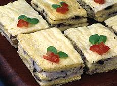 Sandwicze z kremem z mozzarelli i oliwkami