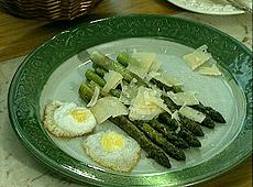 Smażone szparagi z przepiórczymi jajkami i parmezanem
