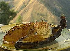 Banany i ananasy z grilla z glazurą maślano-rumową