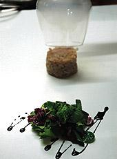 Tatar z pstrąga wędzonego w chwili podania z bukietem sałat