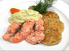 Łosoś z sosem z małosolnych ogórków z pure ze szparagów i marchewki z cukiniowymi plackami