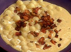 Perłowe cebulki w kremowym sosie z boczkiem