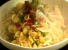Makaron z brokułami włoskimi, serem riccota salata i szynką parmeńską