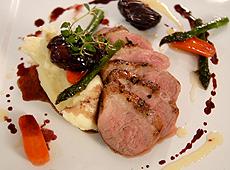Pierś z kaczki z rumianą skórką w sosie z czerwonego wina, balsamico i daktyli z glazurowanymi warzywami i ziemniaczanym pure