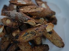 Włoskie cantucci z migdałami i suszonymi śliwkami