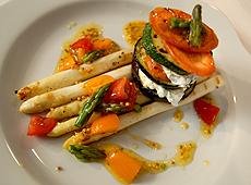 Torcik z grillowanej cukini, bakłażana, białych szparagów