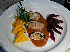 Rolada z perliczki ze szpinakiem w sosie piernikowym, polentą oraz gruszką gotowaną w czerwonym winie