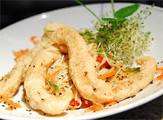 Panga smażona w cieście tempura z pszennym orientalnym makaronem i warzywami w sosie słodko kwaśnym