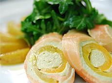 Rolada z łososia wędzonego z musem z awokado z papryką z karmelizowanymi gruszkami, z kruchymi sałatami i vinaigrette cytrynowym