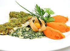 Filet z suma europejskiego zapiekany z kremolatą na sosie szpinakowym podany z batatami