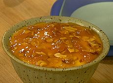 Szybki deser z sosem morelowym