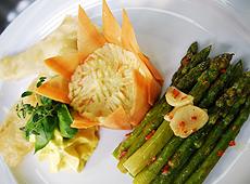 Sola frito z szafranowym sosem, ziemniakami puree i gotowanymi w maśle zielonymi szparagami