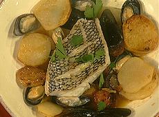 Okoń morski z omułkami i hiszpańską kiełbasą