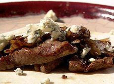 Placuszki z wołowiną w whiskey i serem pleśniowym