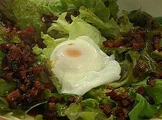 Sałatka na ciepło z jajkami w koszulkach i smażonym chorizo