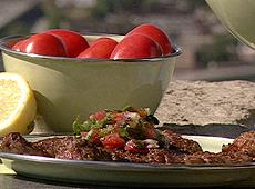 Stek z grilla w cytrynowo-kolendrowej marynacie z salsą z opiekanych pomidorów