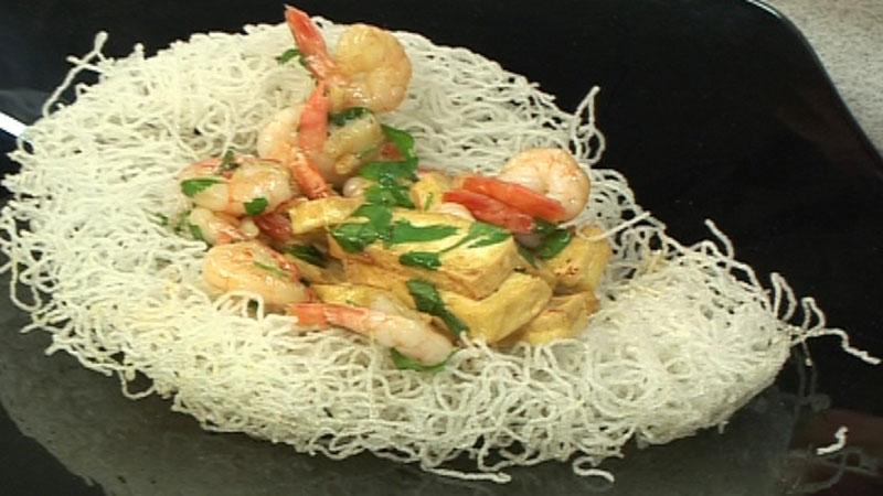 Makaron ryżowy smażony z krewetkami i tofu