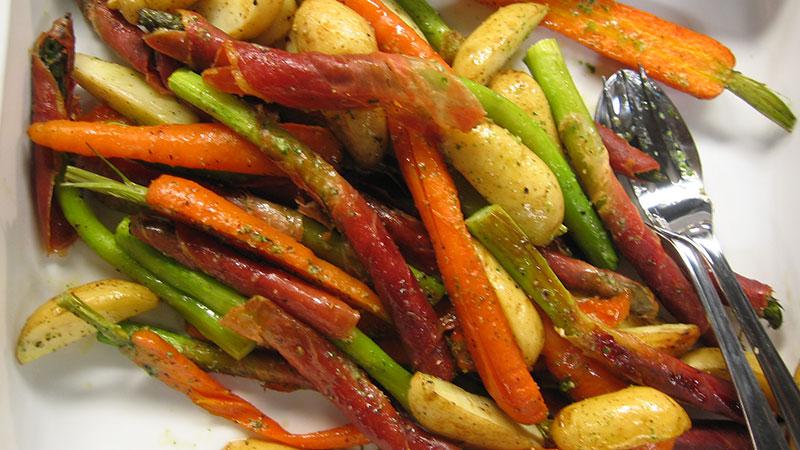 Pieczone szparagi, marchewki i młode ziemniaki