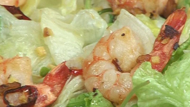 Sałata ze smażonymi krewetkami i sosem z wasabi