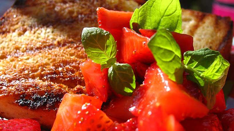 Francuskie tosty z salsą truskawkową