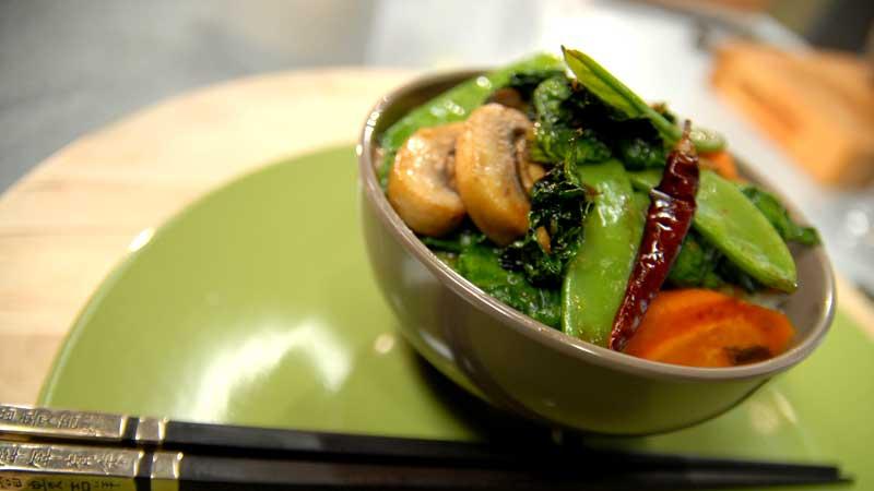 Stir fry z groszku, grzybów i szpinaku